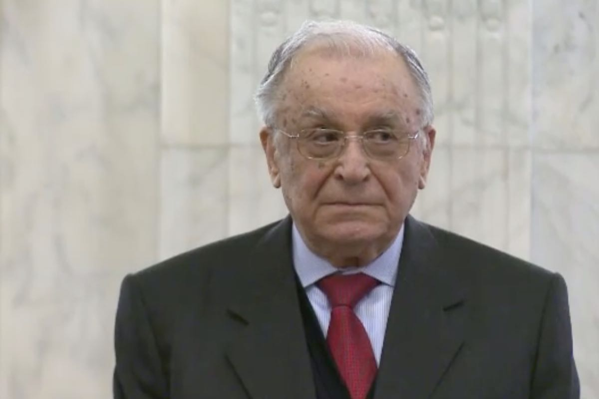 Ion Iliescu a demisionat de la șefia Institutului Revoluţiei Române. În locul lui a rămas Mironov