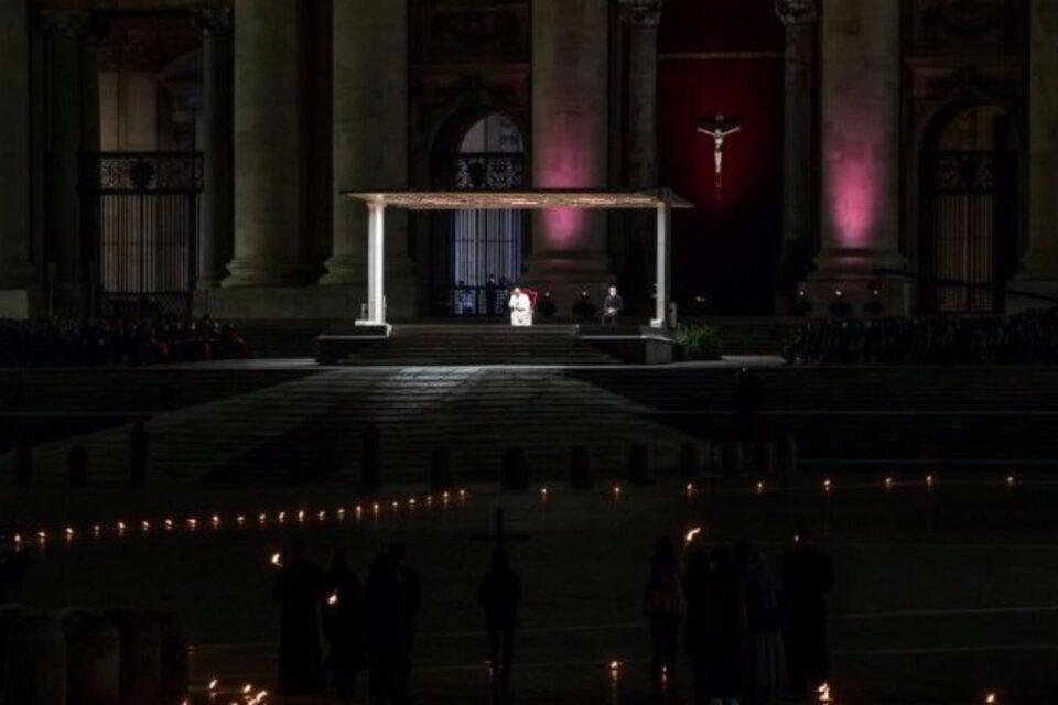 Papa Francisc a asistat la Drumul Crucii, alături de câțiva copii. Piața Sfântul Petru, golită de pandemie