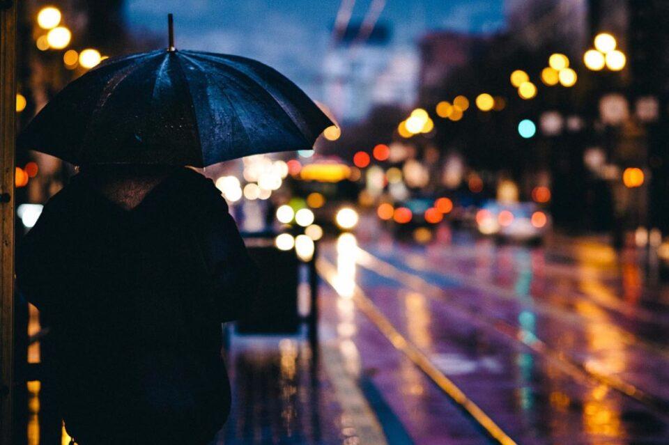 Vin ploile și se răcește vremea în Bucureşti