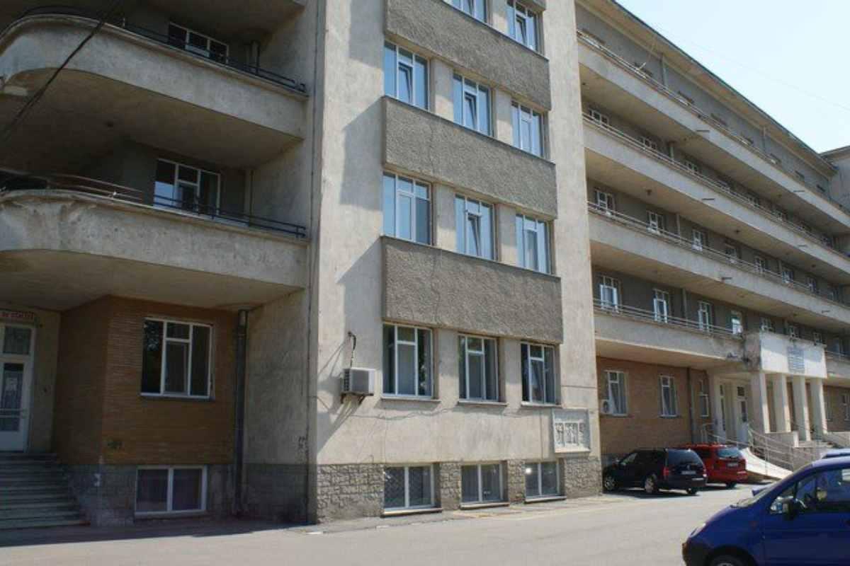 Un bărbat s-a aruncat de la etajul 3 al Spitalului Județean Piatra Neamț. Avea Covid și tocmai primise vizita fiului