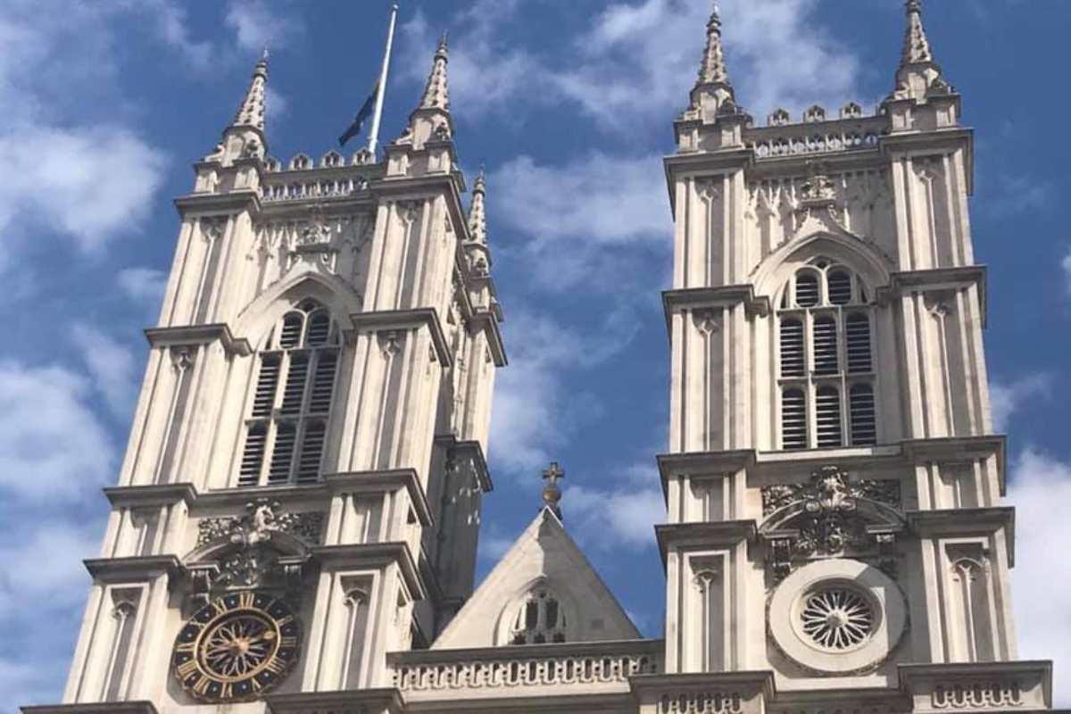 La Westminster Abbey clopotele au bătut de 99 de ori...