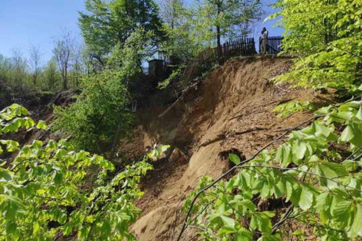 În Prahova s-au dislocat 15 hectare de teren! Alunecarea pune în pericol nouă gospodării