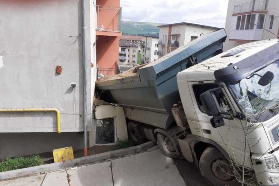 O basculantă care transporta nisip s-a răsturnat peste balconul unui apartament aflat la parterul unui bloc, fără a exista persoane rănite. Accidentul a avut loc, joi dimineaţă, pe strada Teilor din localitatea Floreşti, județul Cluj.