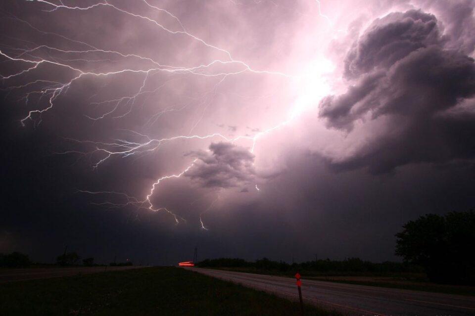 Meteorologii au actualizat avertizarea Cod galben şi Cod portocaliu: 34 de județe sunt vizate ploi abudente și vânt puternic
