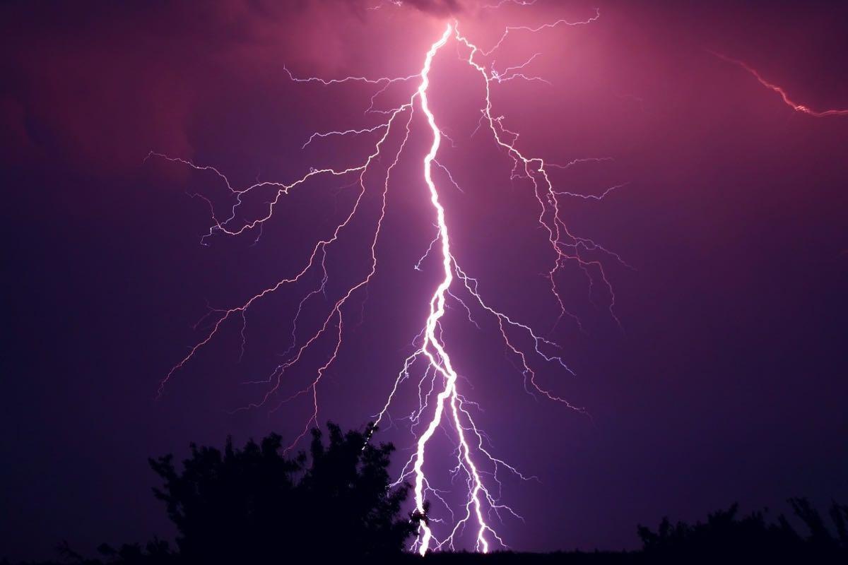 Alertă meteo pentru noaptea de Înviere: Ploi, vânt şi descărcări electrice, în Bucureşti şi în restul ţării