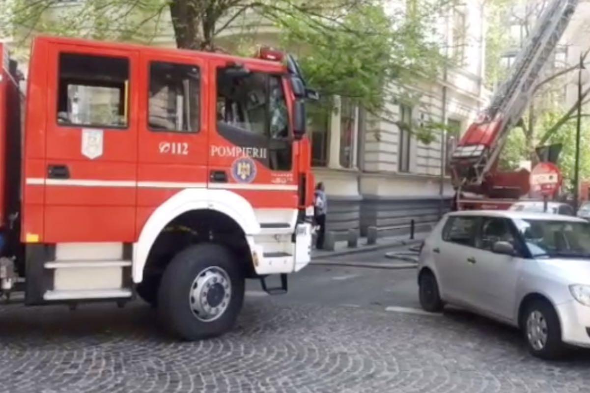 A luat foc un apartament din Sectorul 1 al Capitalei! Pompierii acționează cu trei autospeciale
