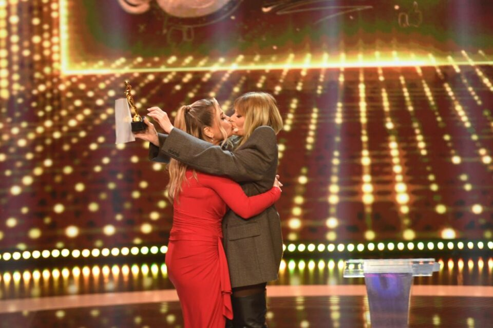 Gala Premiilor iUmor, astăzi, de la 20.30, la Antena 1! Loredana și Delia ne oferă un moment neașteptat