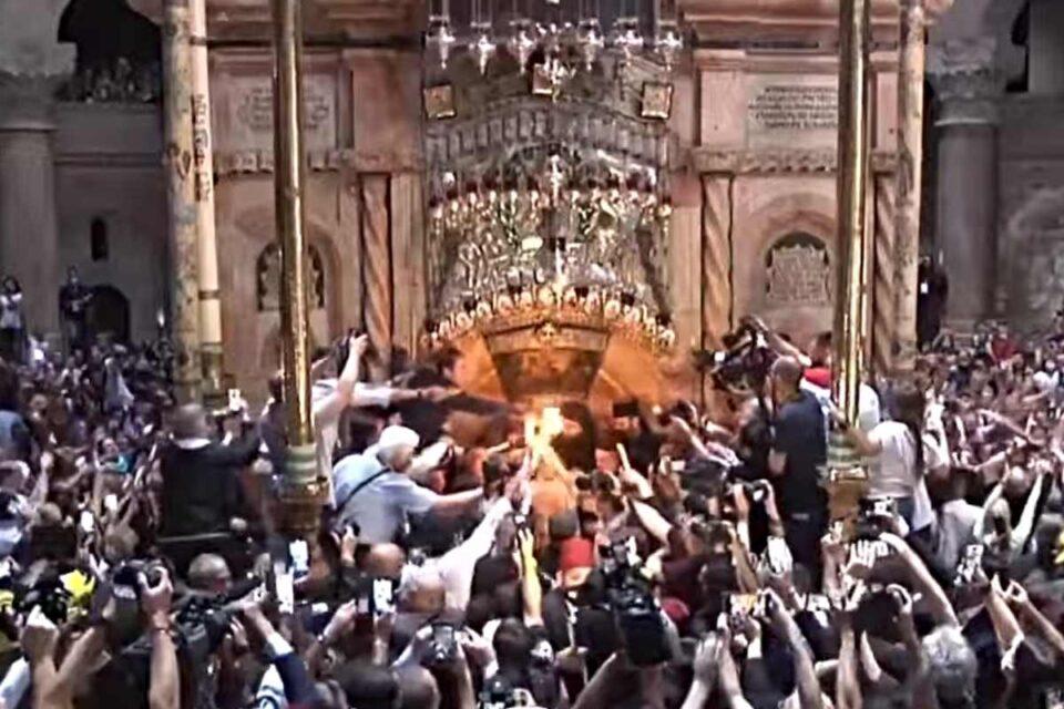 Lumina Sfântă de la Mormântul lui Iisus Hristos s-a aprins
