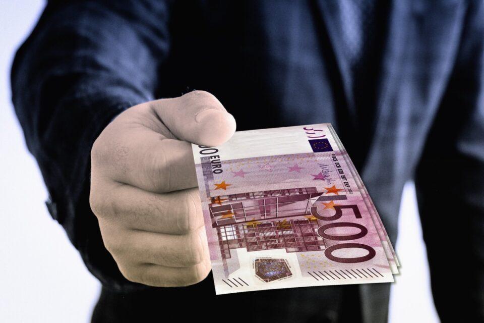 Doi comisari de la Protecţia Consumatorilor Argeş, reţinuţi pentru luare de mită de la agenți economici