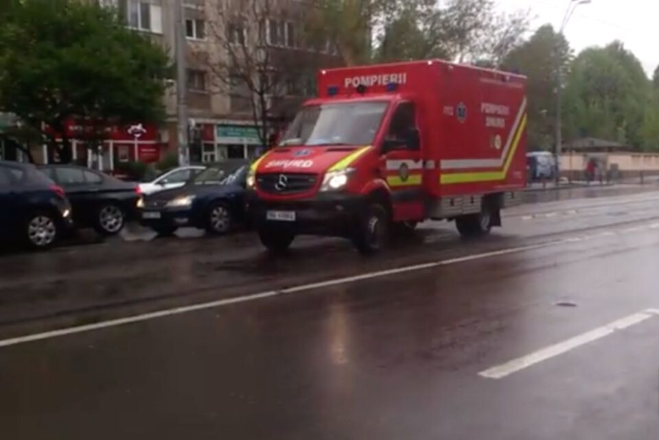 Pompierii și echipajele SMURD au reușit să salveze un muncitor care leșinase pe schelă, la 12 metri înălțime
