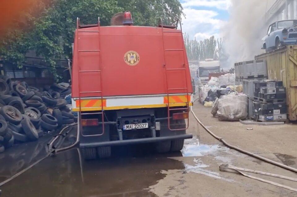 A luat foc un depozit de deșeuri din București. În interior se află butelii şi recipiente sub presiune