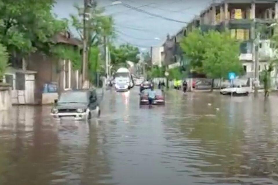 Craiova, sub ape! Imaginea dezastrului: O ploaie torențială a inundat clădiri, apa de peste un metru a acoperit zeci de mașini, capacele de canal au cedat iar o stradă s-a surpat