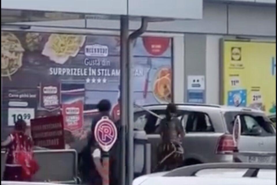 La Toplița, două femei s-au înjunghiat, 4 mașini au fost distruse, iar Trupele speciale au reținut 11 persoane