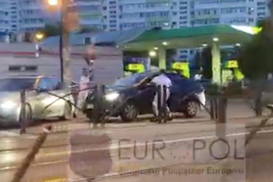 În traficul din București, ca în Vestul Sălbatic: Doi tineri au blocat un Logan și l-au distrus