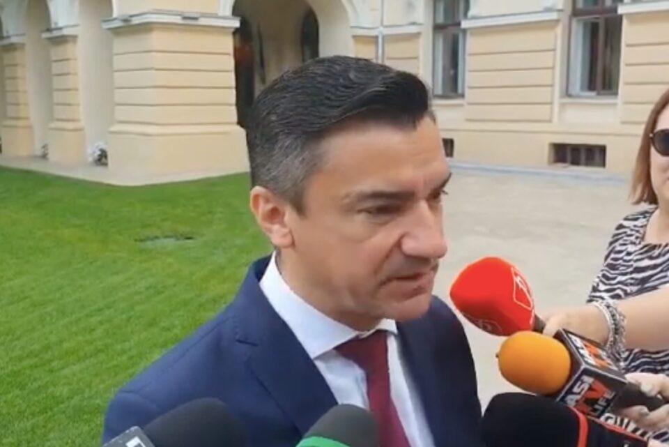Chirica dă declarații din fața Primăriei Iași, în timp ce procurorii DNA scotocesc prin clădire: Sunt vizate inventarieri din 2005 și un teren de lângă cimitirul Eternitatea