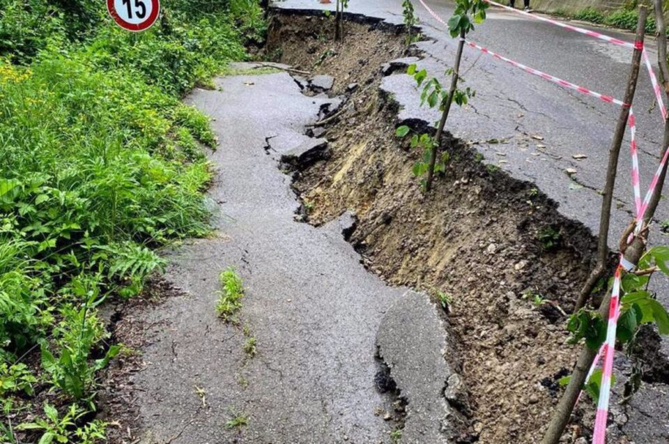 Un drum judeţean din Prahova, distrus de o alunerare de teren, apărută pe fondul ploilor