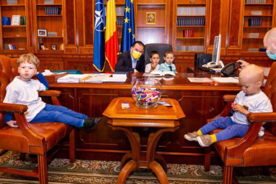 Ziua Porţilor Deschise la Palatul Parlamentului: Orban a stat de vorbă cu copiii și s-a fotografiat cu ei