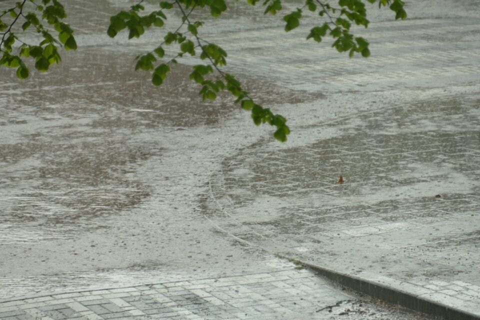 Meteorologii anunță că vine urgia: Cod galben de ploi torenţiale, descărcări electrice, vijelii şi grindină