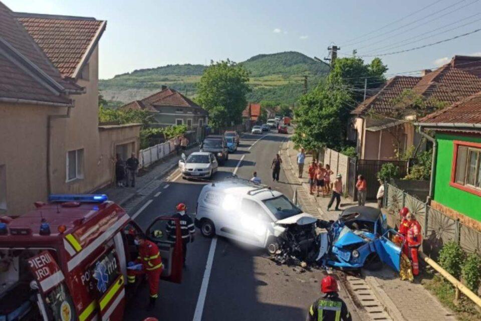 Un poliţist din judeţul Hunedoara a murit strivit la volanul unui Trabant