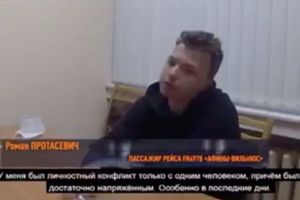 """Roman Protasevici, interviu, la o lună de la arestare. Familia afirmă că acesta a fost luat """"sub amenințare"""""""