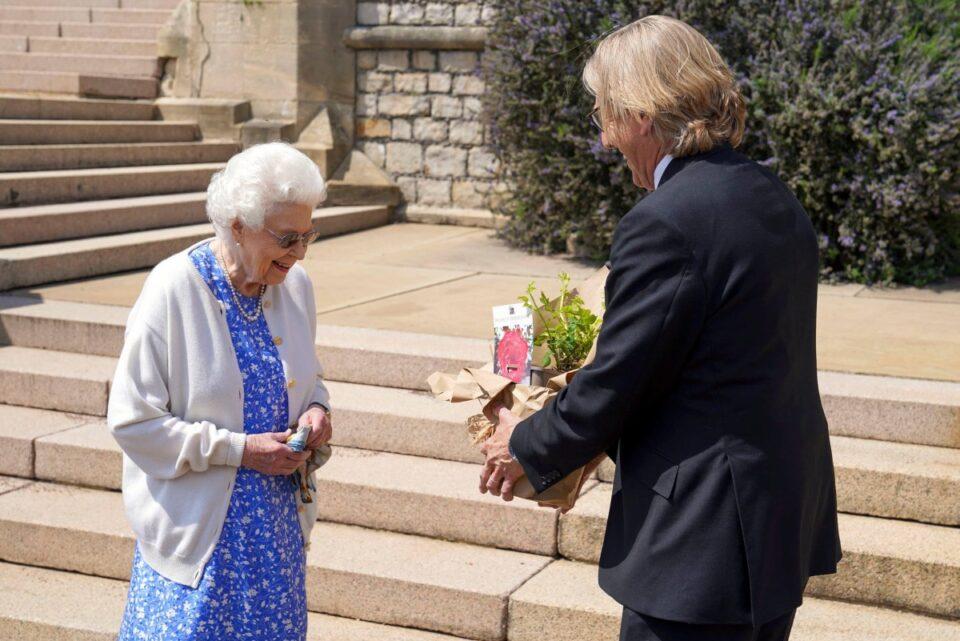 Reginei Elizabeth a-II-a i-a fost dăruit un trandafir special, cu ocazia împlinirii a 100 de ani de la naşterea prinţului Philip
