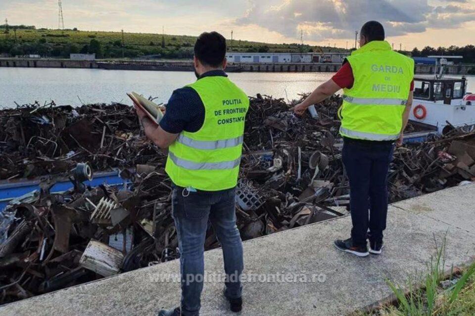 Două şlepuri, încărcate cu peste 1.000 de tone de deşeuri, găsite în Portul Murfatlar