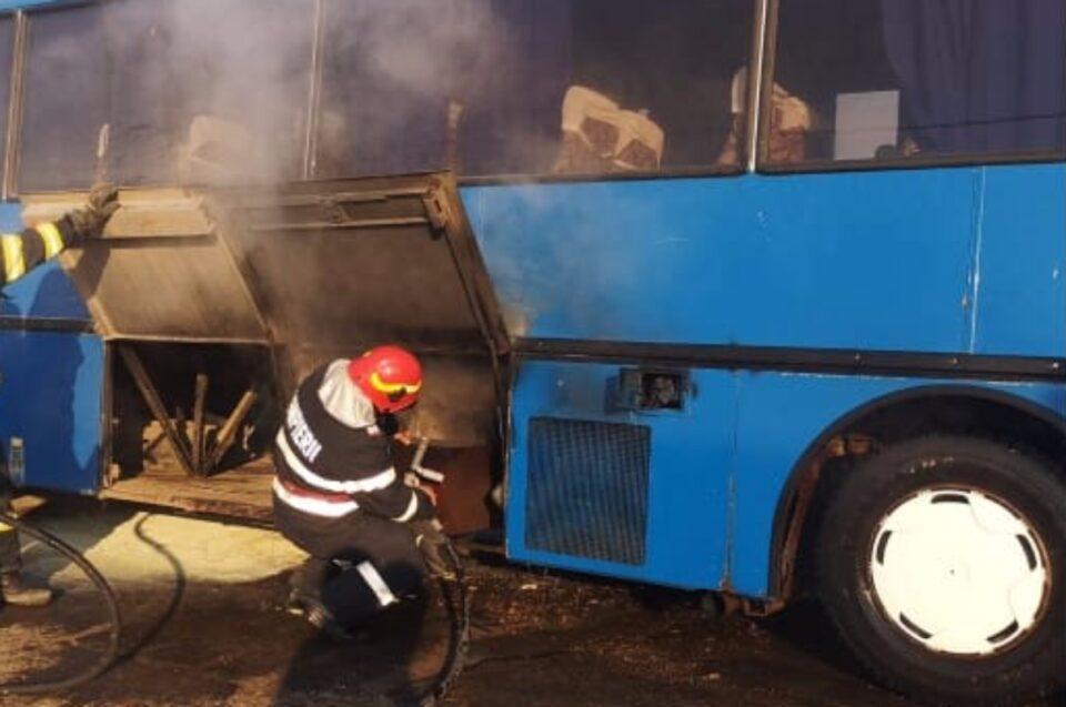 La un pas de tragedie: Un autocar ce transporta 21 de copii, a luat foc, într-o comună din Botoșani