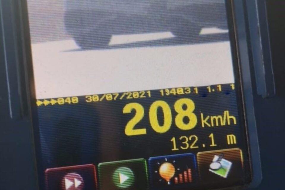 Un bărbat care conducea cu 208 km/h, pe DN 65, din Olt, s-a ales cu permisul suspendat și o amendă de 1305 lei