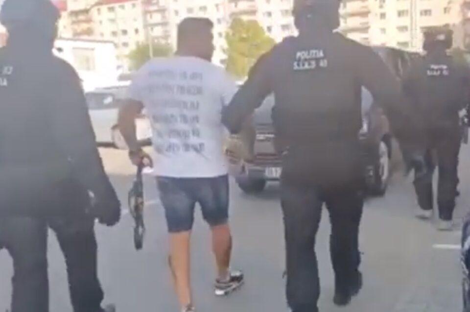 Bărbatul care se droga și amenința Poliția, etalându-și armele pe Facebook, a fost reținut - VIDEO