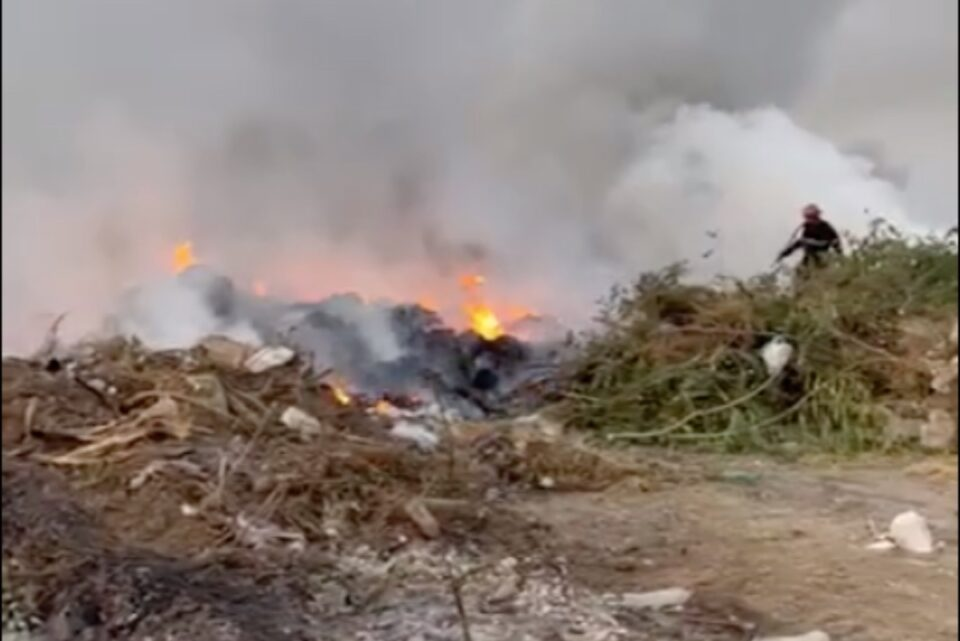 Argeș: Incendiu pe un câmp de 500 de metri pătrați, acoperit cu gunoaie