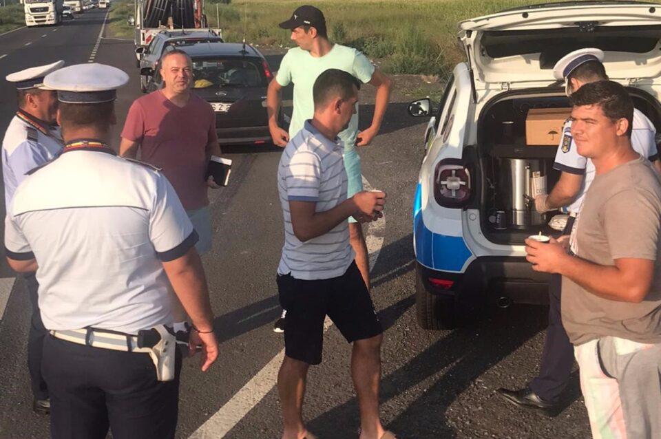 Acțiune inedită a Poliției Rutiere Brăila, pe DE 584: Șoferi care se îndreptau spre litoral au primit câte o cafea de la oamenii legii